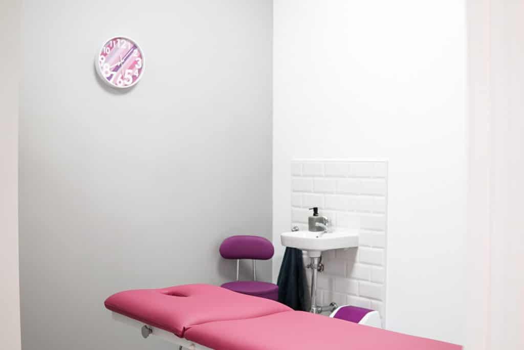 Sala de consulta con camilla para tratamientos