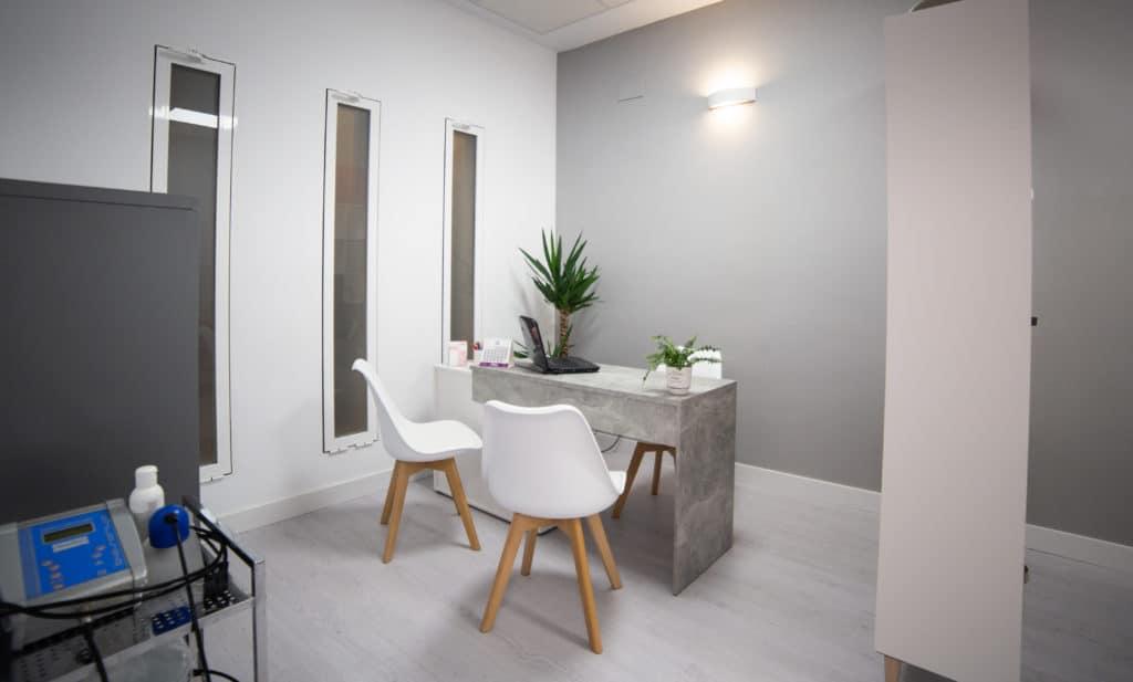 Consulta fisioterapia de diseño con decoración industrial y nordica