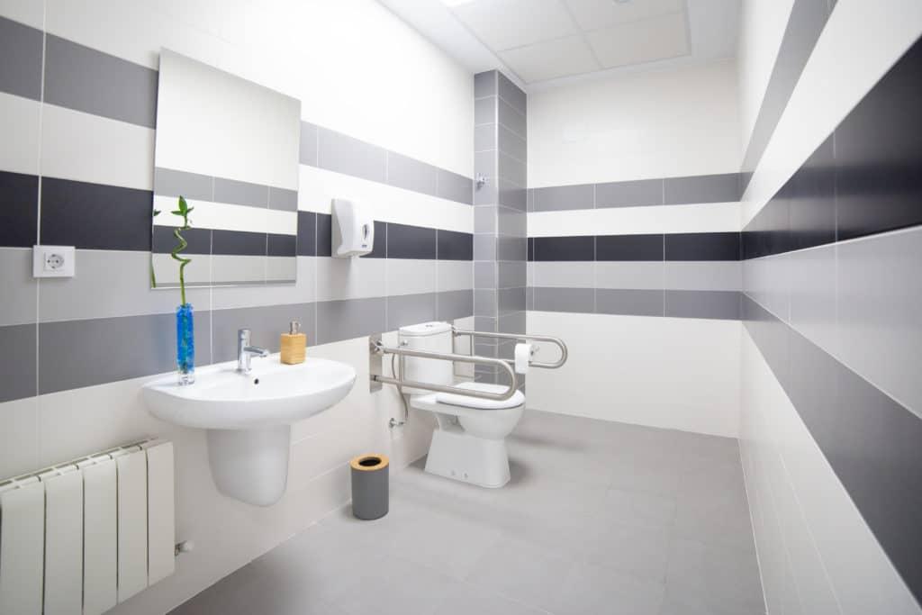 aseo y lavabo accesibles a minusvalidos en clinica de fisioterapia